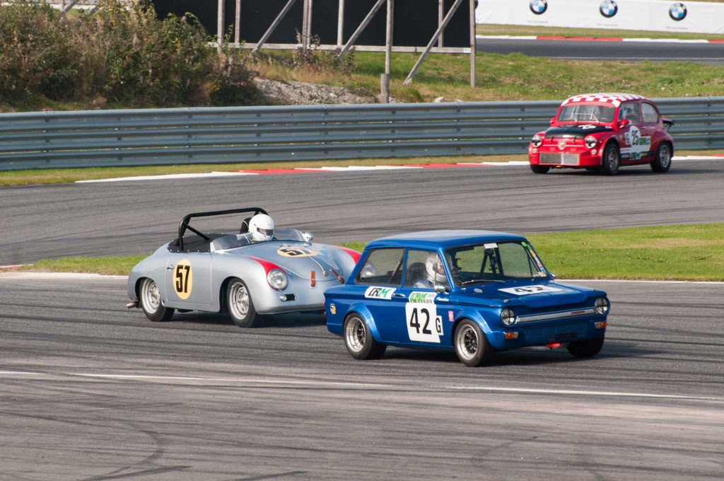 Hans P. Havdal i sin Porsche Speedster jakter på Birger Patrick Knutsen i Hillmann Imp. Ketil S. Thorbjørnsen i Fiat Abarth kommer bak.