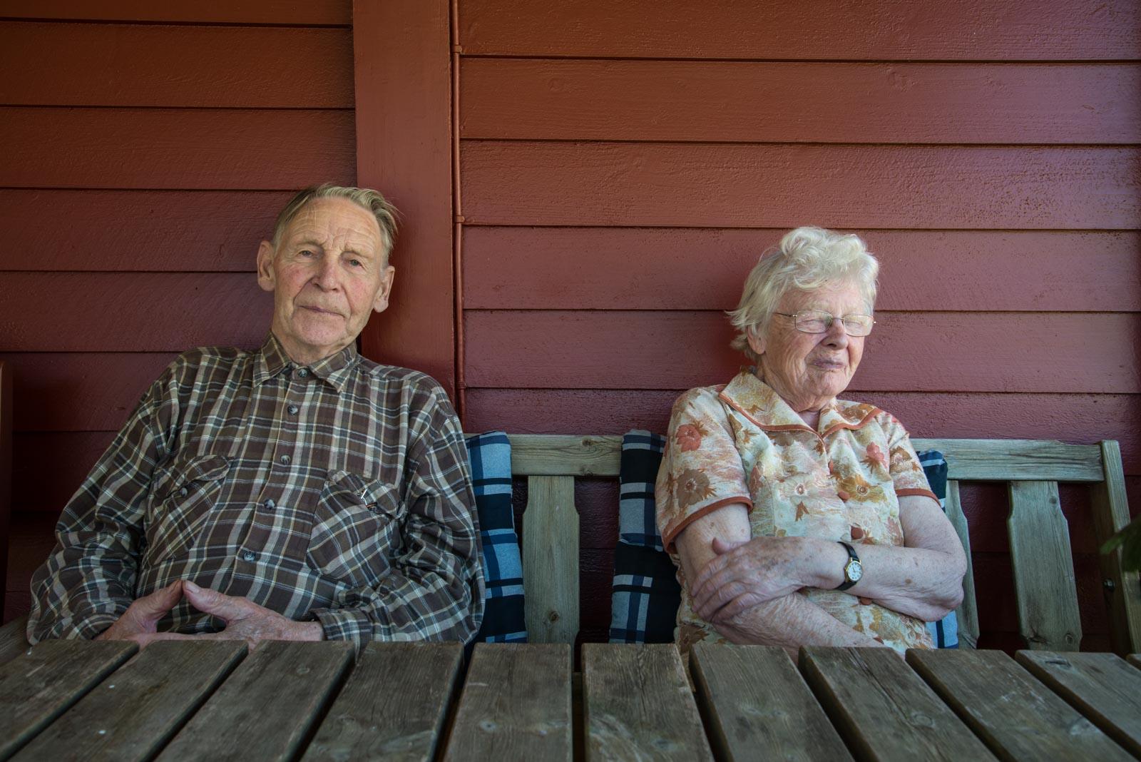 Anders og Anna koser seg på verandaen.