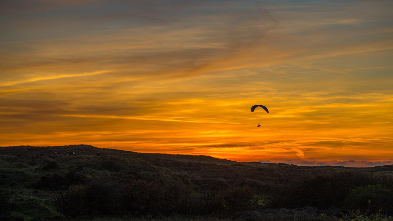 Paraglider i solnedgang