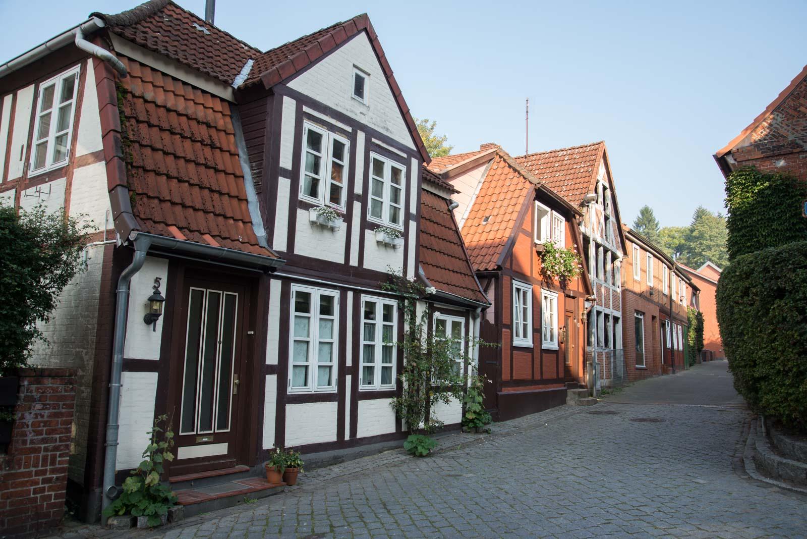 Idylliske hus på veien opp mot den nyere delen av byen.
