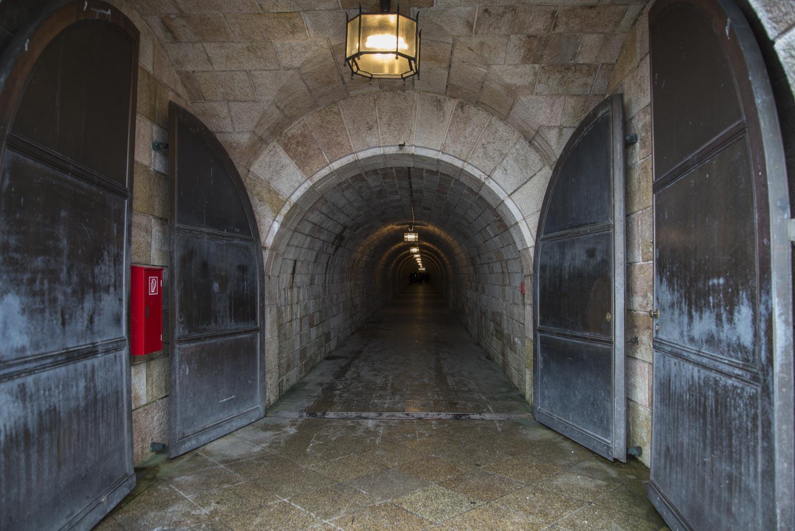 Tunnelen inn til heisen er beskyttet av en sluse med tunge jerndører.