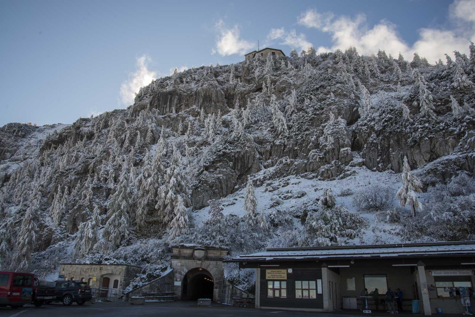 Inngangen til tunnelen til venstre, og Kehlsteinhaus kan skimtes på toppen.