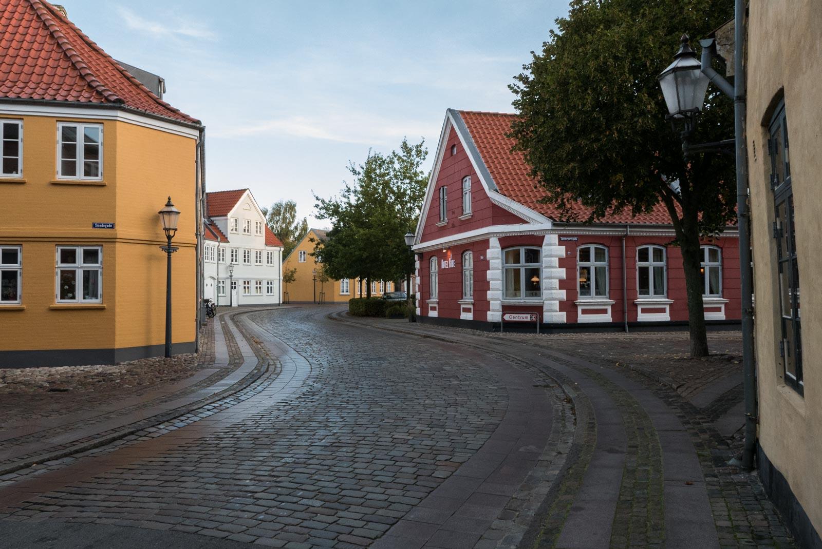Veien forbi Ribe Hotel og inn mot torget og Domkirken