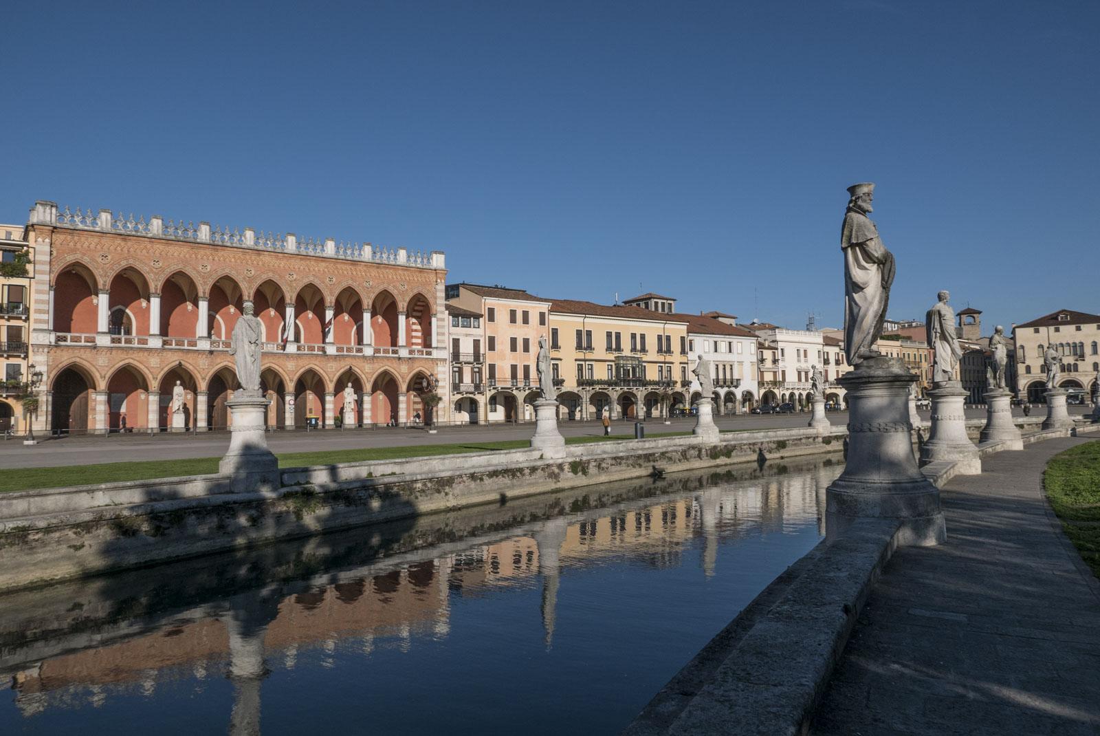 Piazza Prato della Valle, et 90.000 m2 stort elliptisk torg. Det største i italia, og ett av de største i Europa