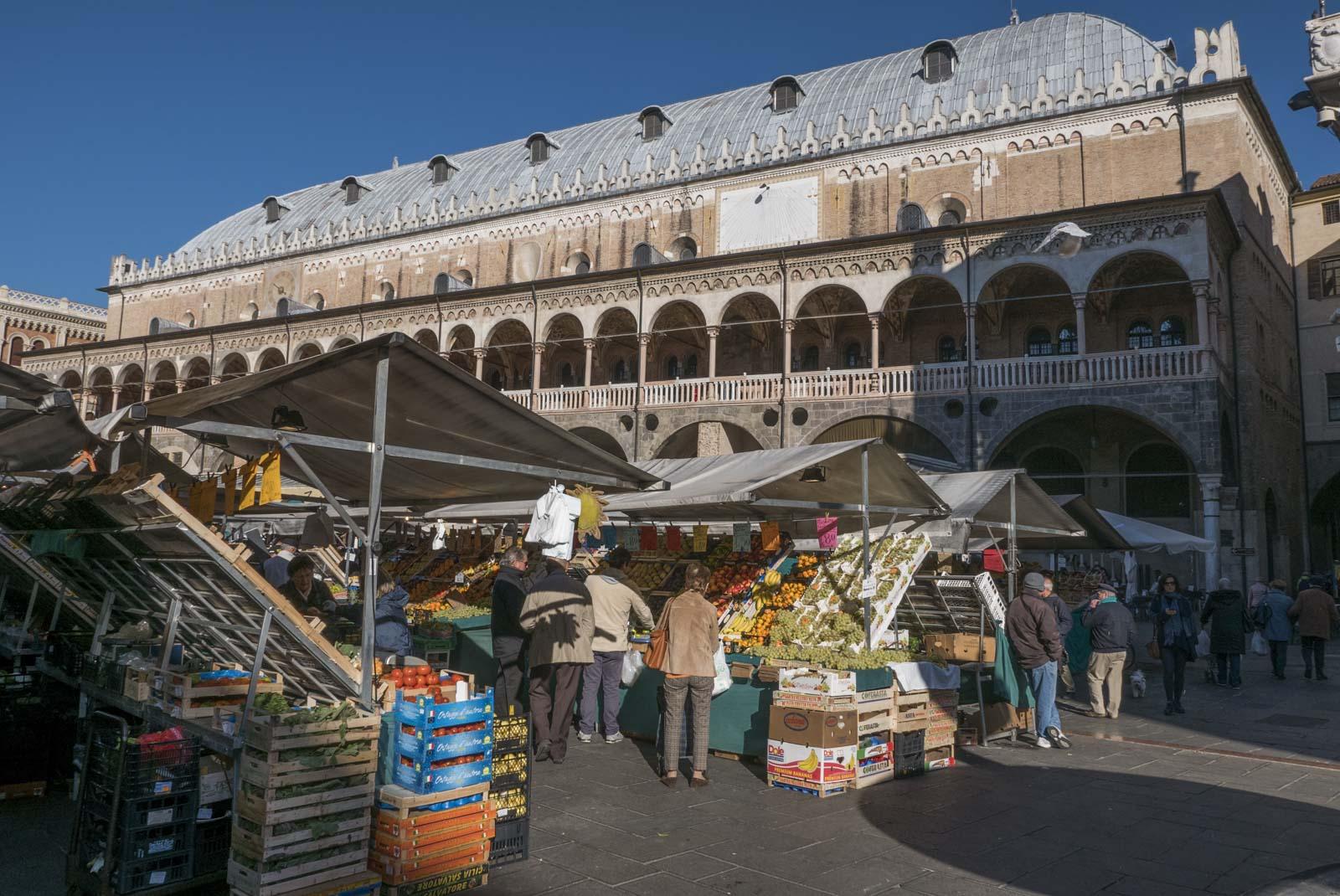 På morgenen fylles torget opp med selgere av frukt og grønt