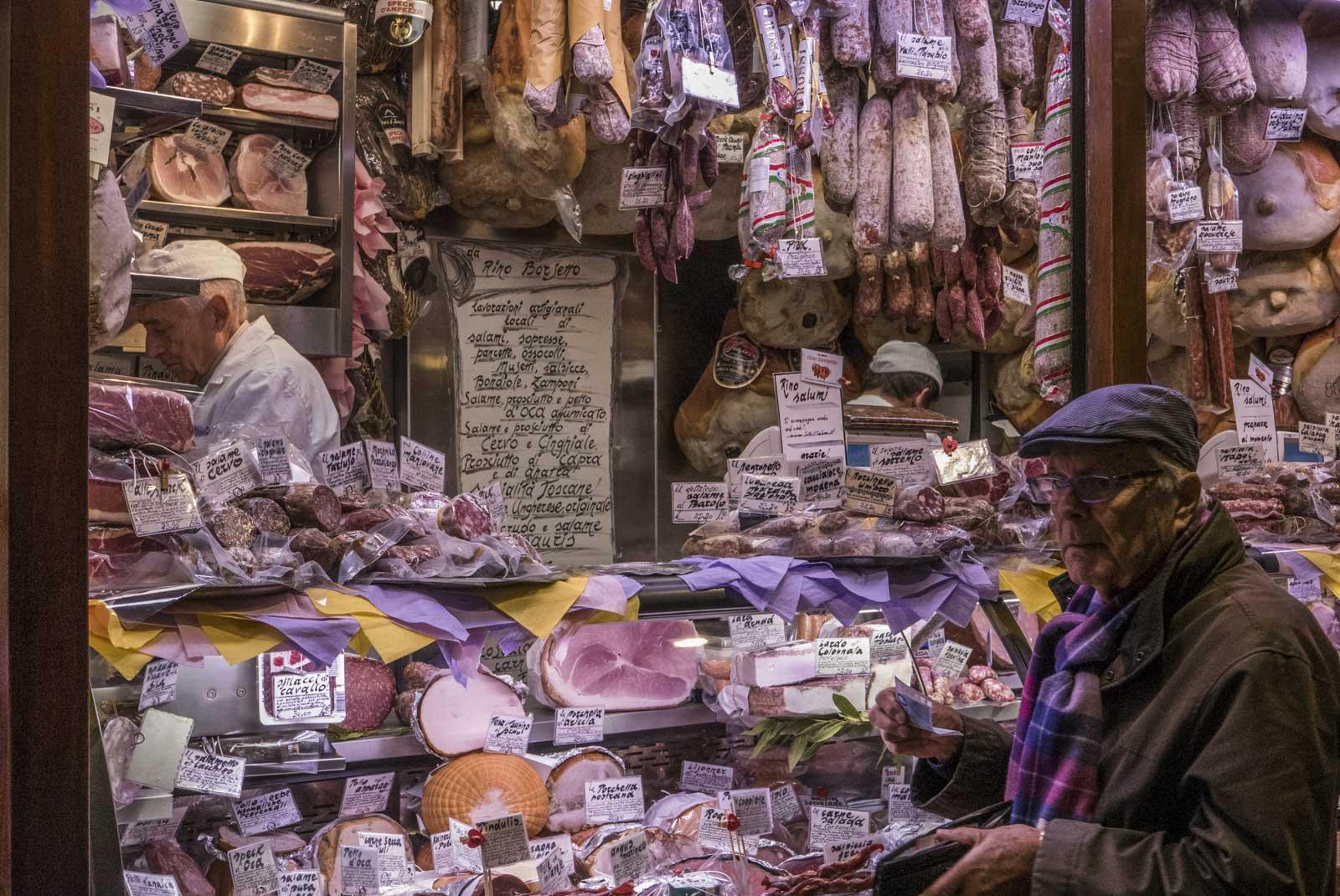 I en passasje er det et knippe salgsboder med kjøtt, fisk og ost