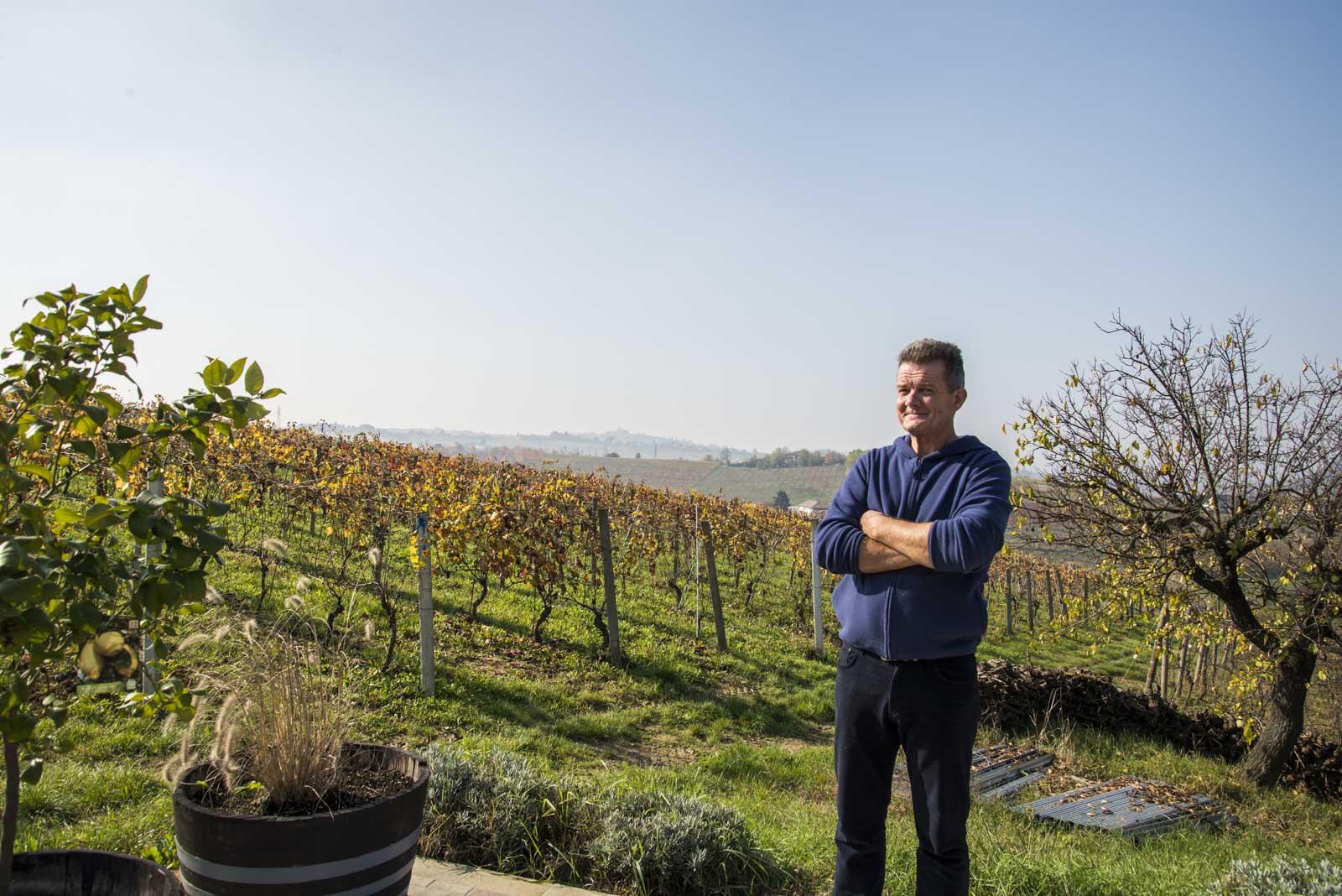 Vinbonden på Cascina Collina skuer ut over vinmarkene som han nå skal forlate til fordel for hotelldrift på åskammen i bakgrunnen