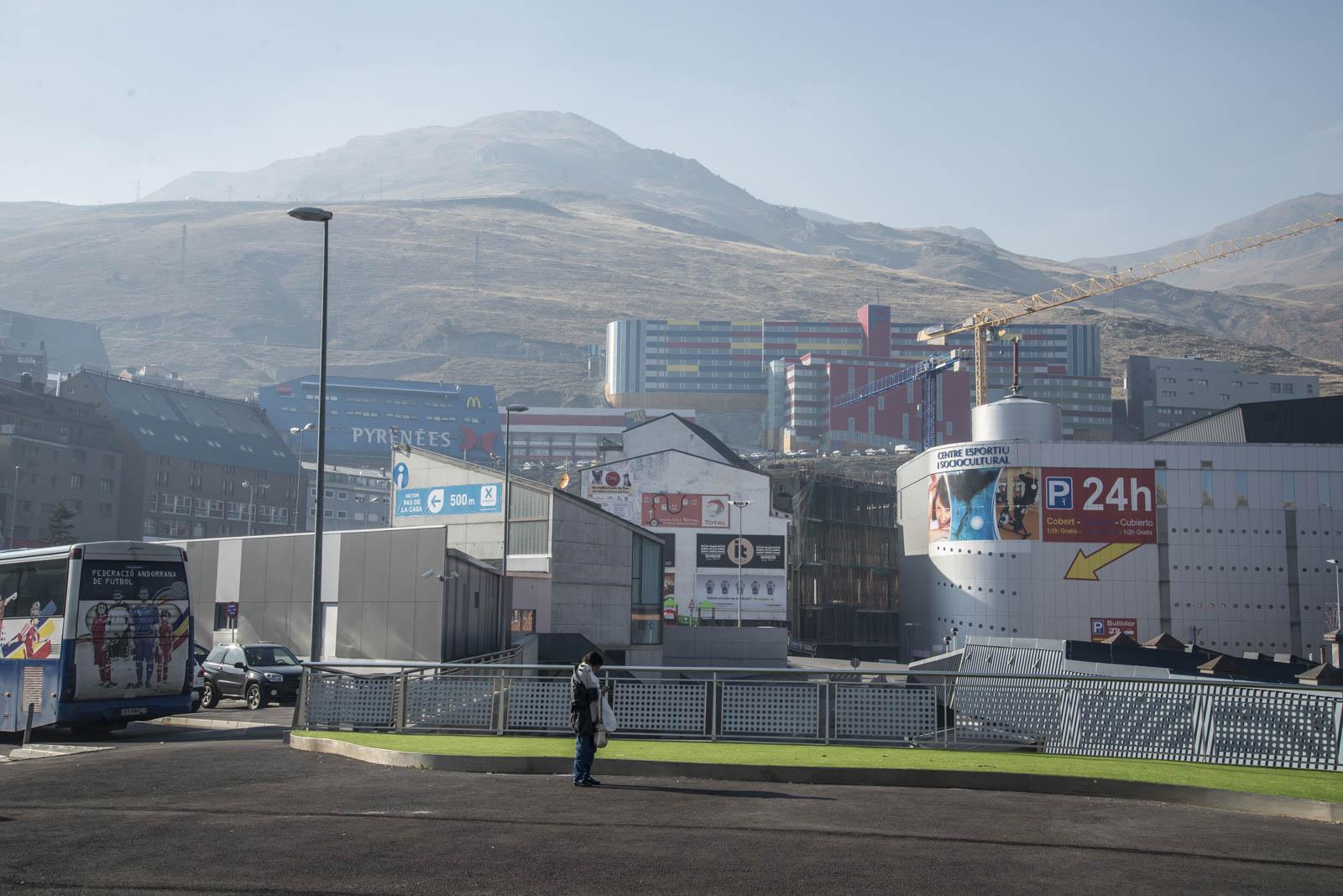 Mye butikker, hoteller og dis ved den franske grensen i Andorra.