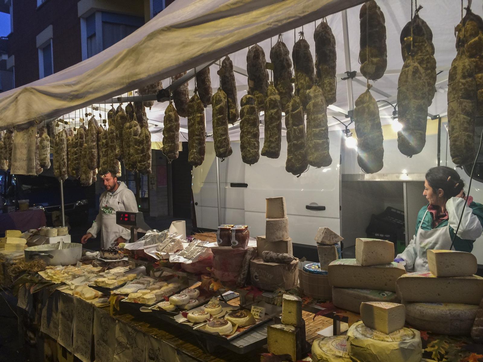 Martnasstemning i Nizza Monferrato med pølser og ost
