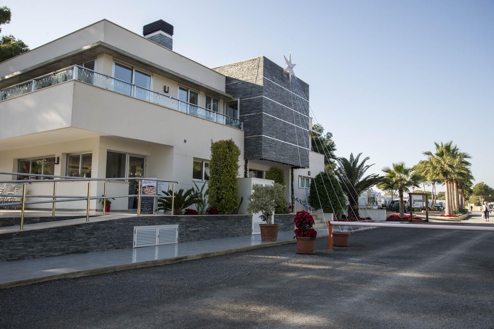 Hovedbygningen med resepsjon, restaurant og sanitæranlegg