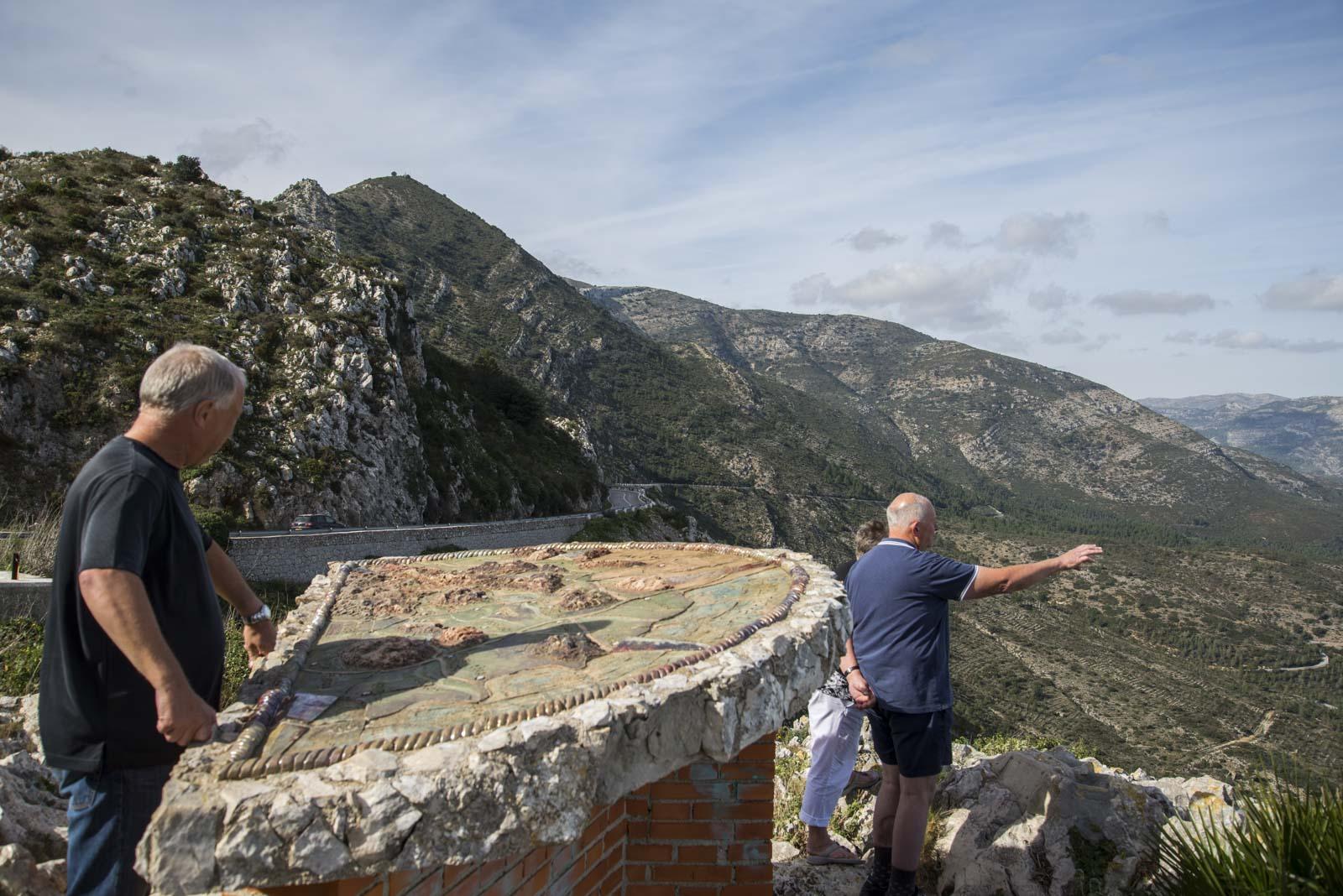 På utkikkspunktet var en stor steintavle som imformerte om navnet på byene vi så.