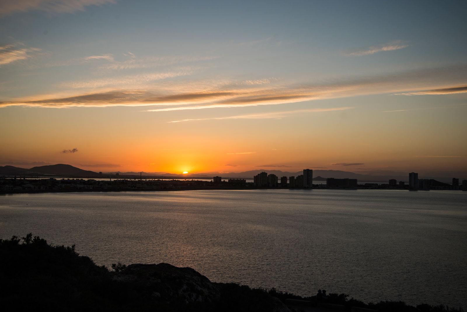 Solnedgang over den smale stripa som utgjør La Manga