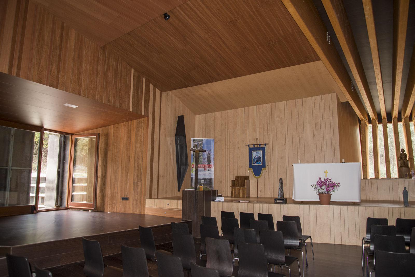 Kirkerommet har en scene for kirkelige aktiviteter og en for eksempelvis konserter. Døren bak kan åpnes ut mot det utendørs amfiet