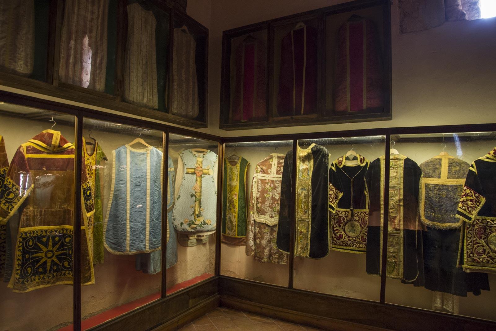 Et stort antall religiøse plagg er også utstilt i klosteret.