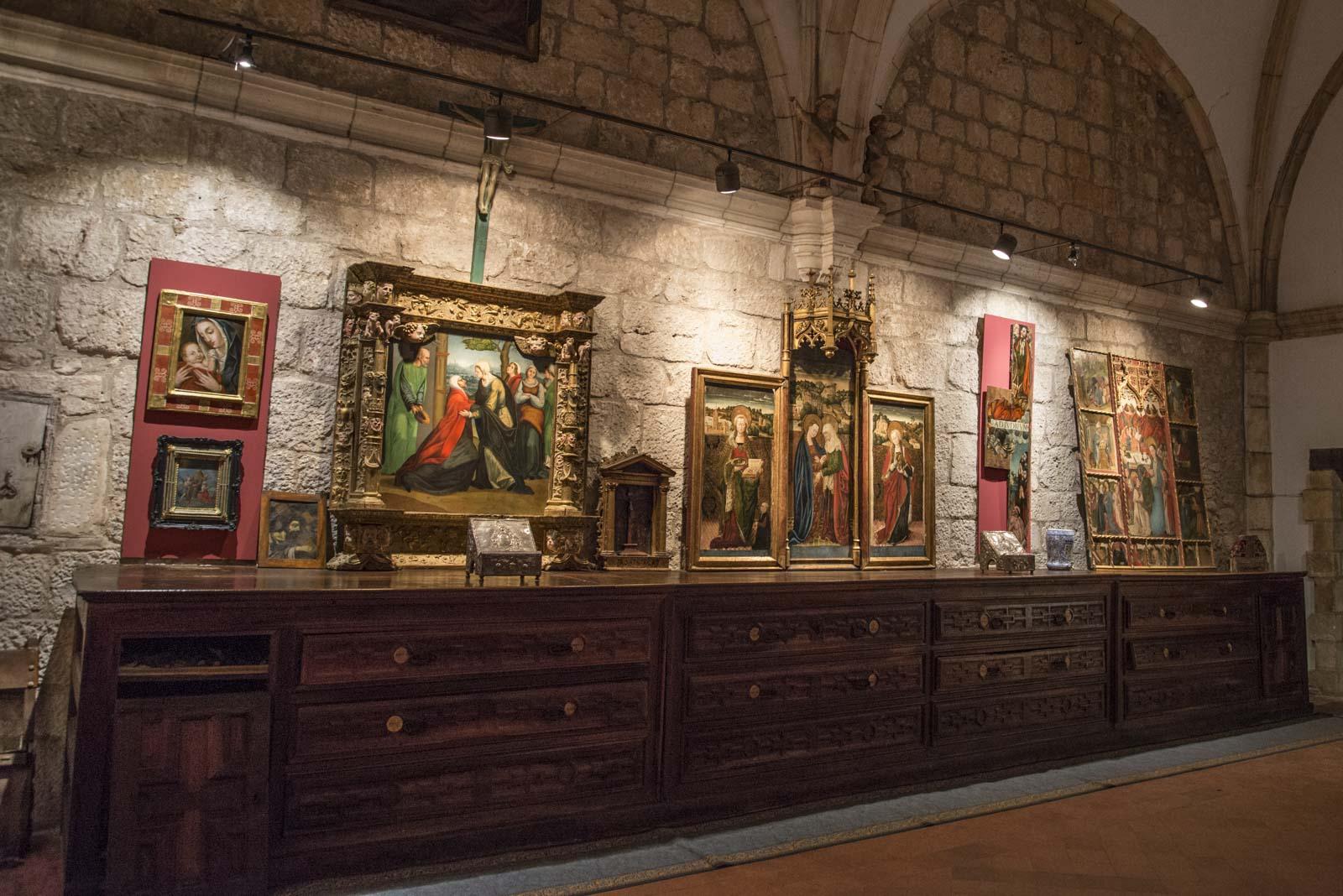 Litt av de flotte maleriene som er utstilt i det gamle klosteret.