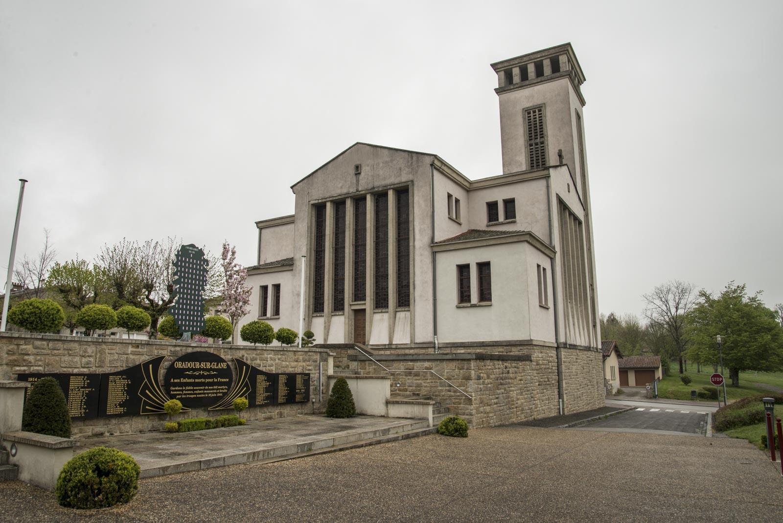 Ved kirken i den nye byen er det også et minnesmerke over dem som falt i strid under første verdenskrig. Byen ble hardt rammet også den gang