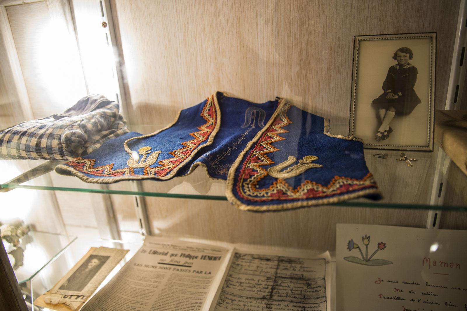 Flere gjenstander som lå igjen i byen eter massakren ble samlet sammen og er utstilt i minnesenteret