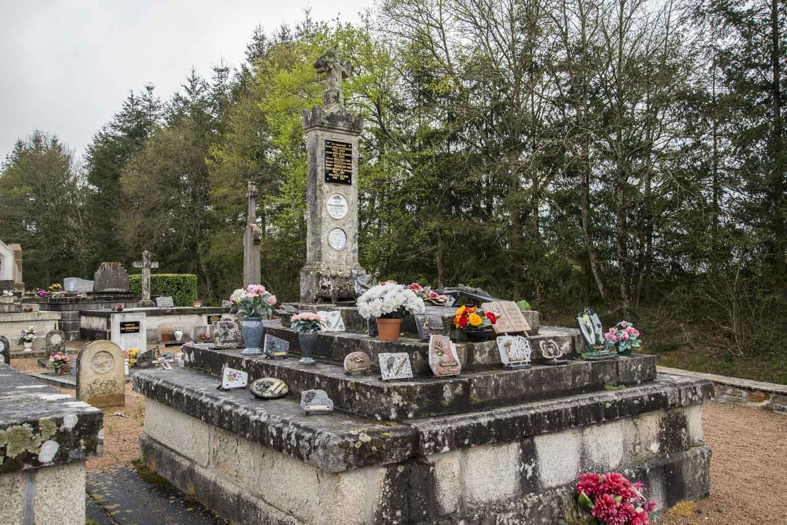 Kirkegården der de drepte ble begravet er fortsatt i bruk