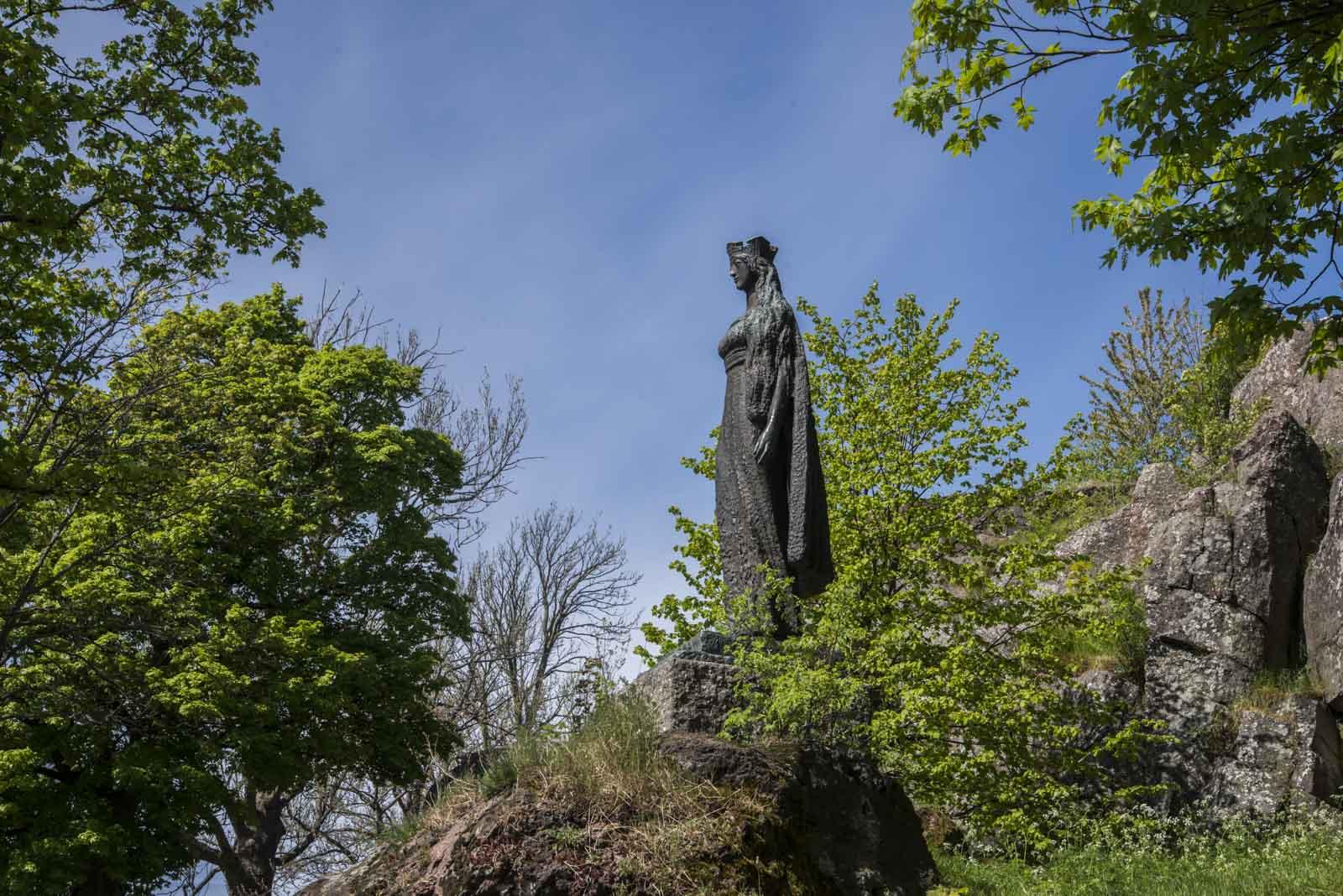 Statuen av Prinsesse Kristina på slottsfjellet i Tønsberg, skuer utover byen hun forlot i 1257. Maken statue står utenfor kirken i Covarrubias. (Bildet øverst)