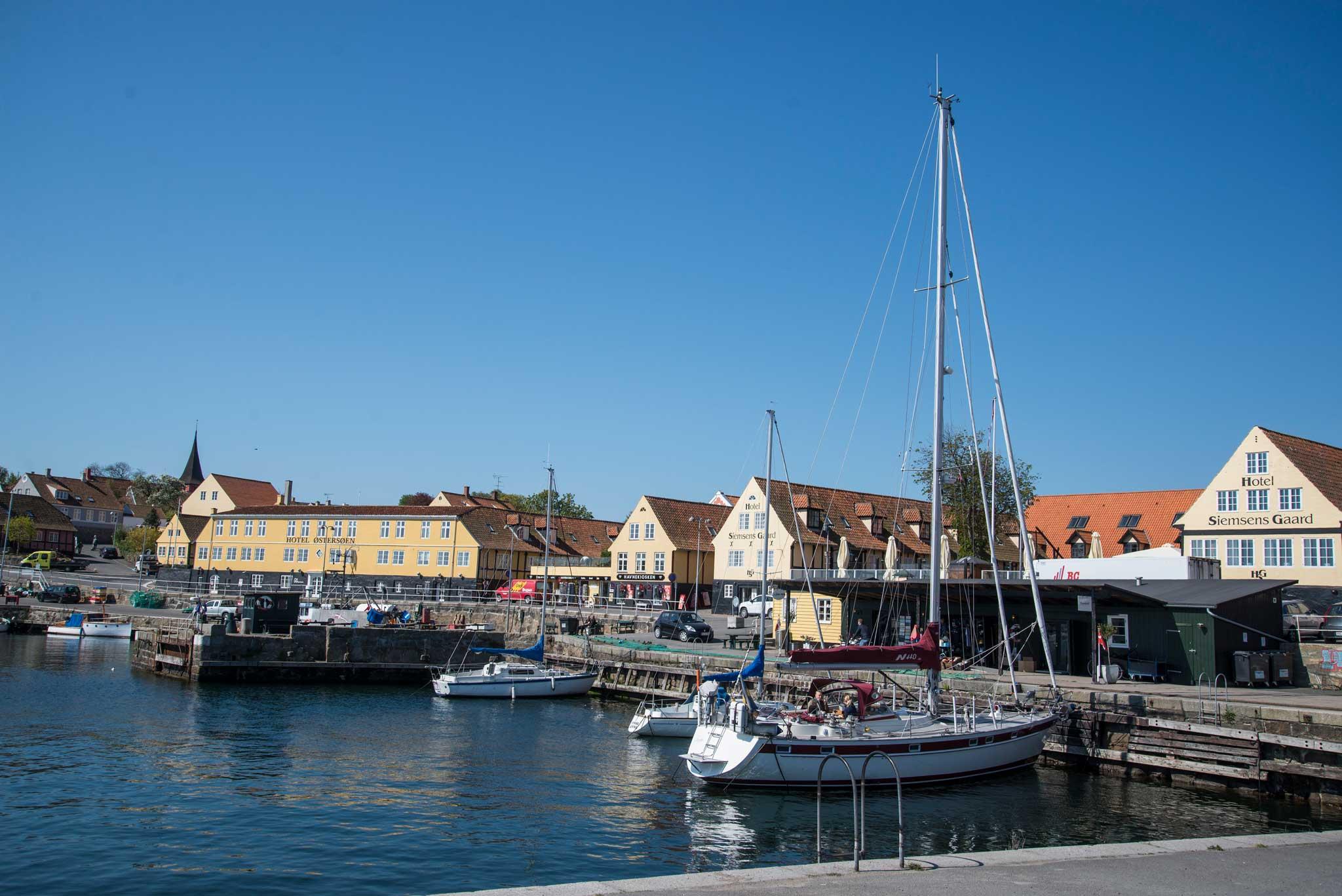De fleste tettstedene på Bornholm ligger ved kysten. Her havnen i Svaneke