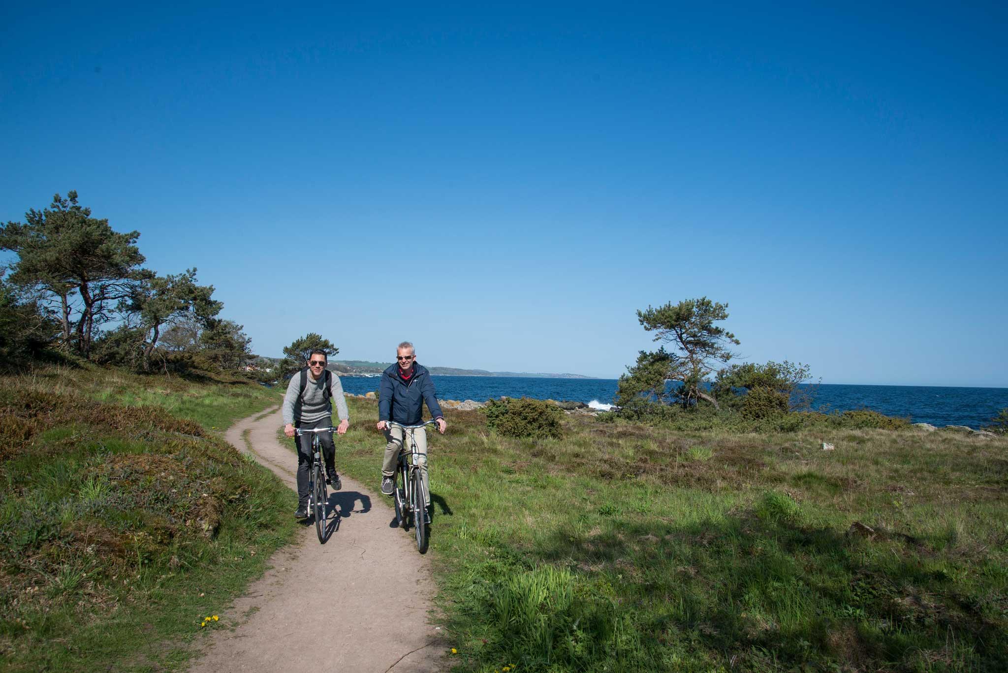 Sykkel er et praktisk fremkomstmiddel. Et godt utbygd nett av stier går på kryss og tvers over hele Bornholm.