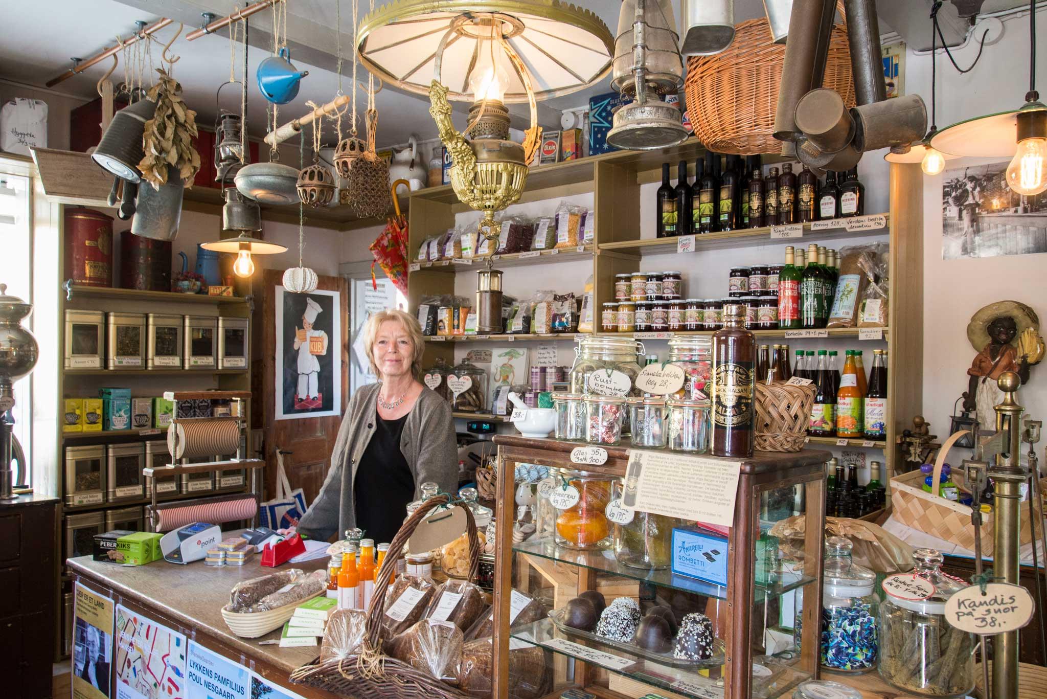 """Svaneke er kåret til """"Danmarks Smukkeste Køpstad"""" Byen er full av små assorterte butikker med hyggelig betjening."""