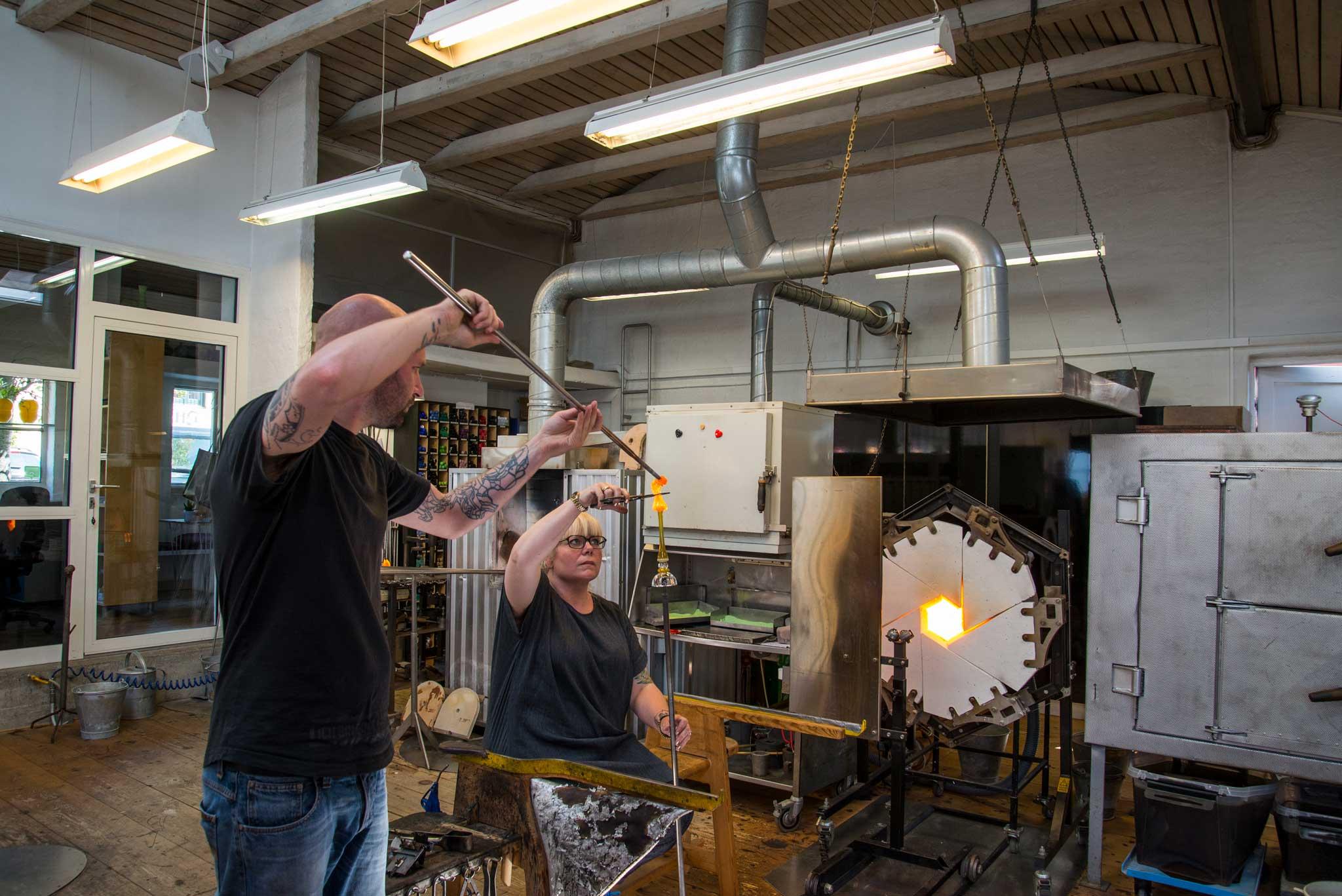 Hos Pernille Bülow kan du se glassblåserne i aksjon, eller prøve deg selv.