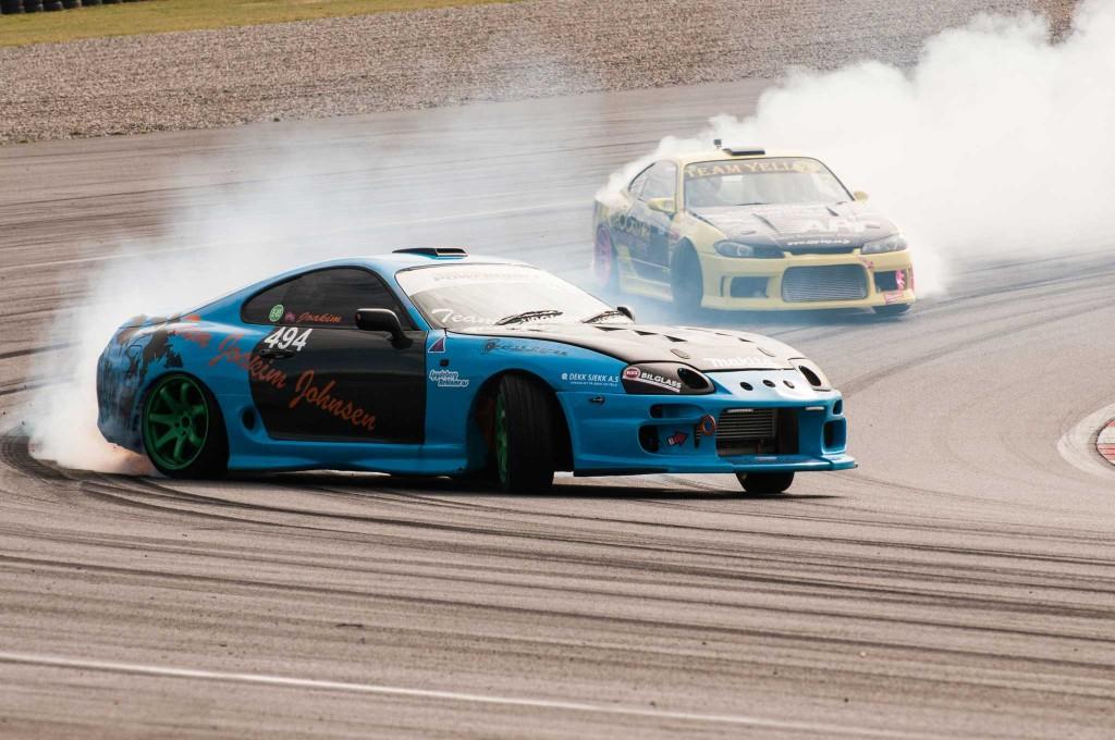 Drifting er spektakulært å se på. Mye lyd og røyk, og to biler som kjører tett på hverandre.