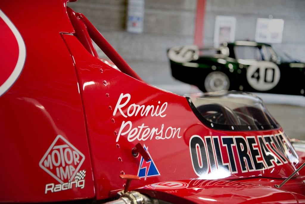 Detalj av Ronnie Petersons March, men Alfa Romeo TZ i bakgrunnen