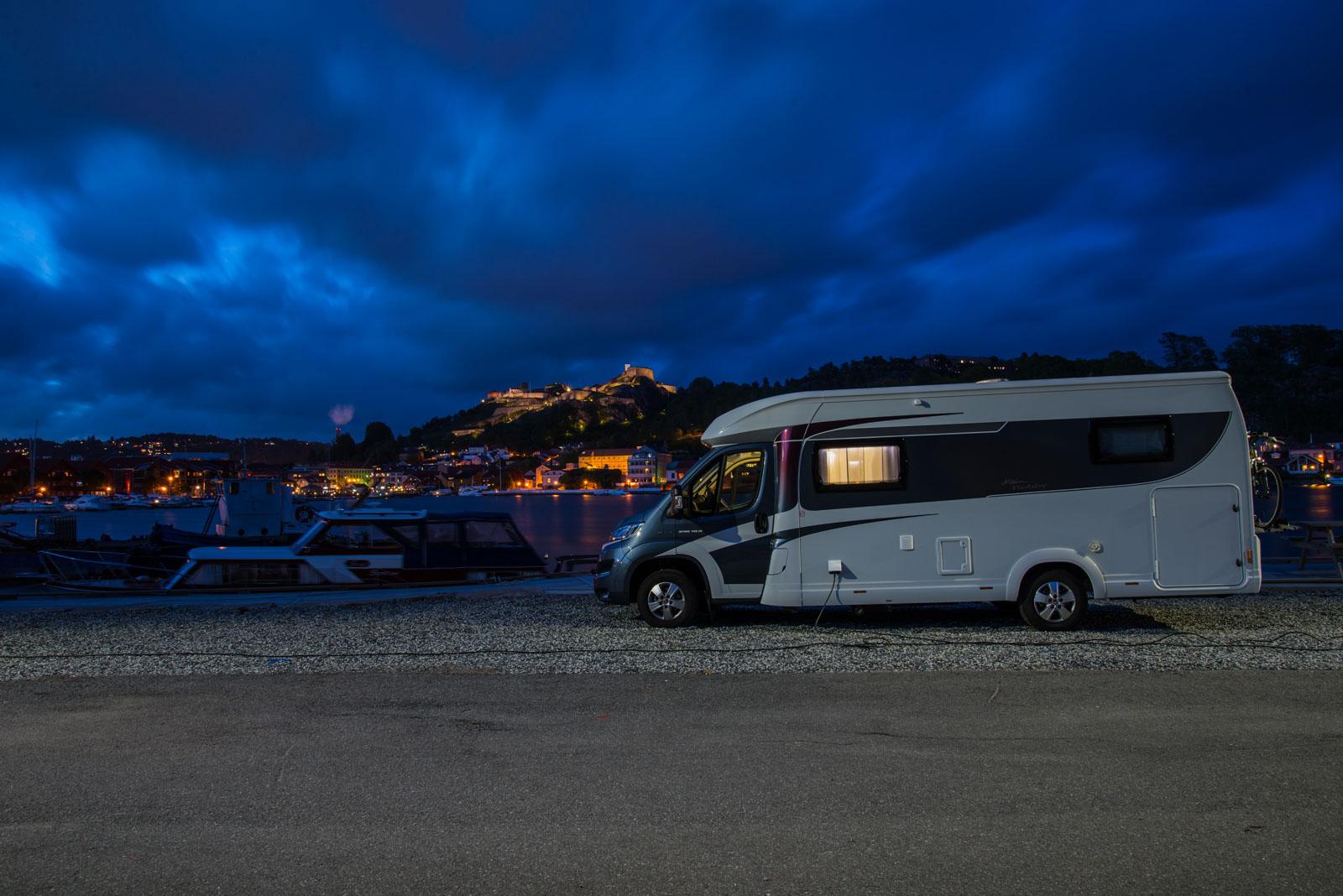 Fin utsikt mot festningen fra parkeringen på Sauøya.