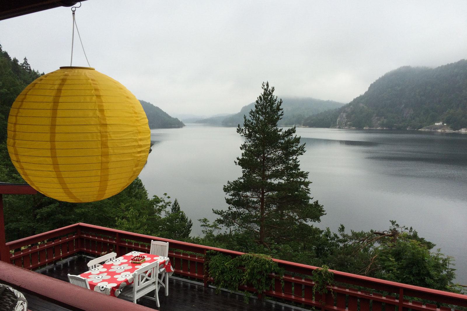 Tåke, men likevel flott utsikt fra hytta til familien Seierstad i Kragerø.