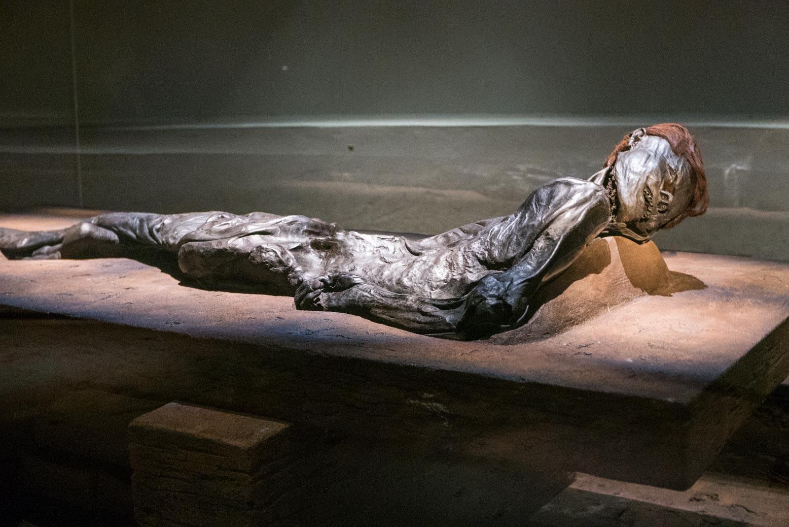 Grauballemannen, et mumifisert lik av en mann som trolig ble ofret til gudene for 2300 år siden