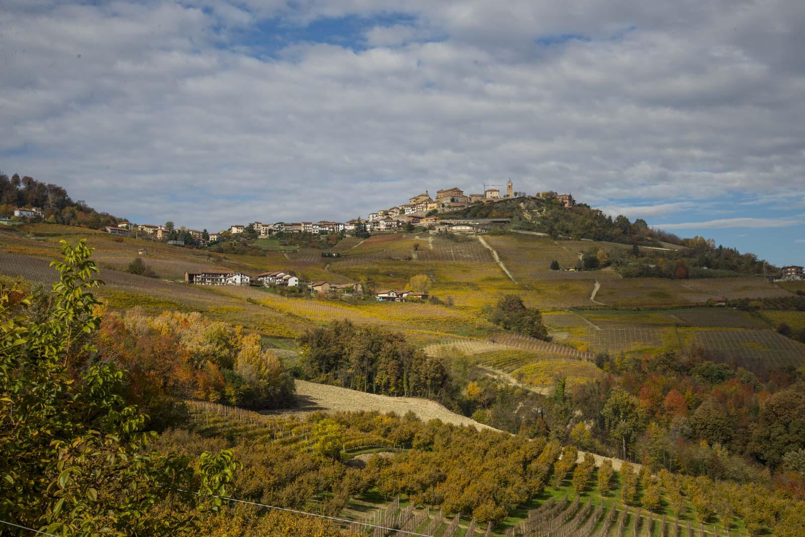La Morra ligger nydelig til oppe på en høyde med utsikt over hele Barolo-området