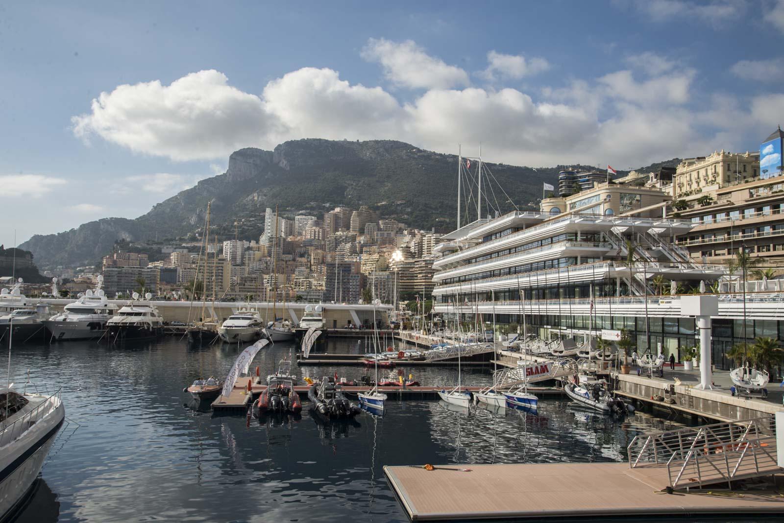 Bygget til Monaco Yacht Club er selvfølgelig formet som en Yacht, og ruver godt nede på brygga.
