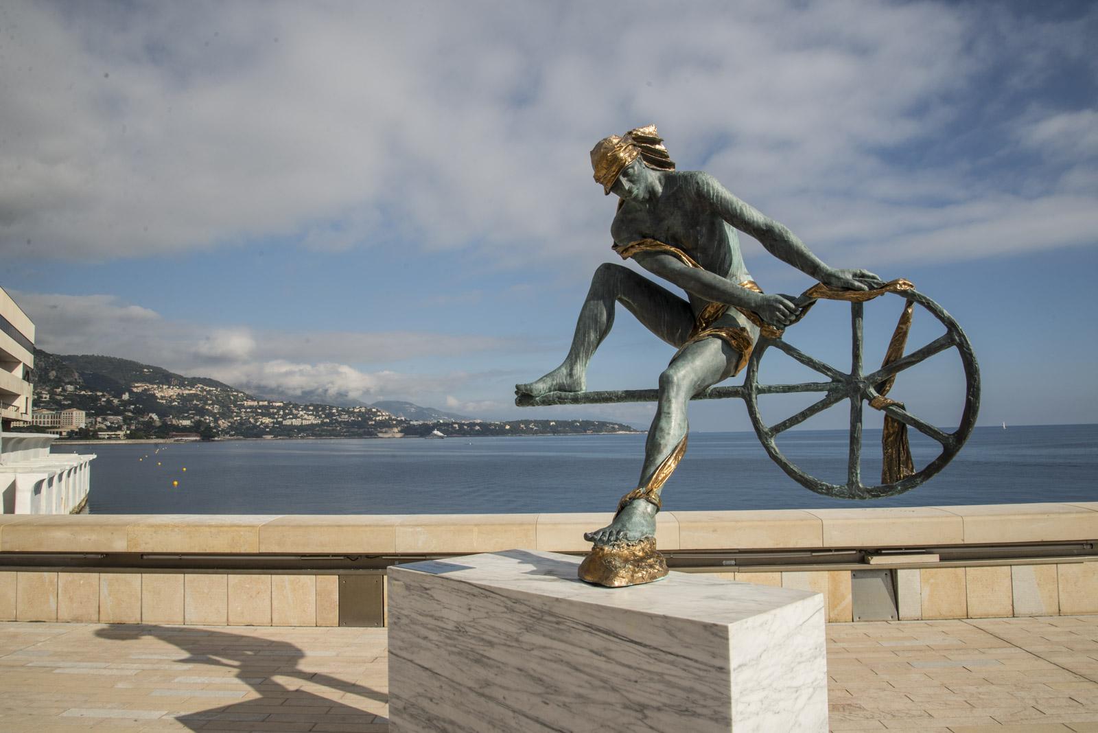 Farvel til Monaco og denne skulpturen nede i havnen