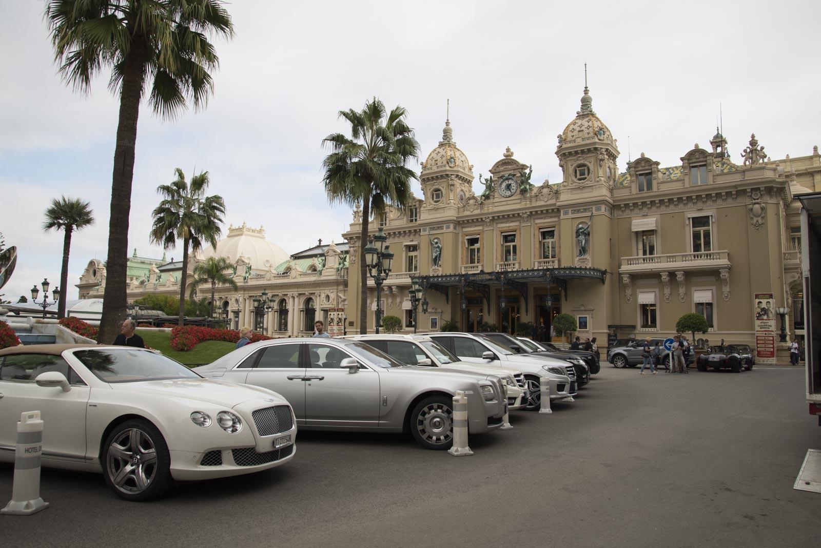 Et lite knippe av bilene foran casinoet