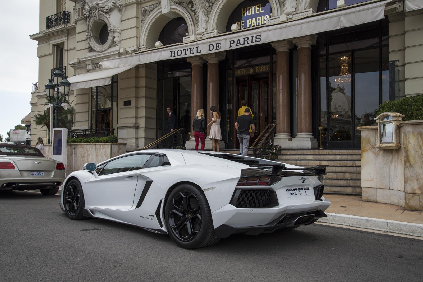 En Lamborghini Aventador hadde fått hedersplassen foran Hotel de Paris denne formiddagen