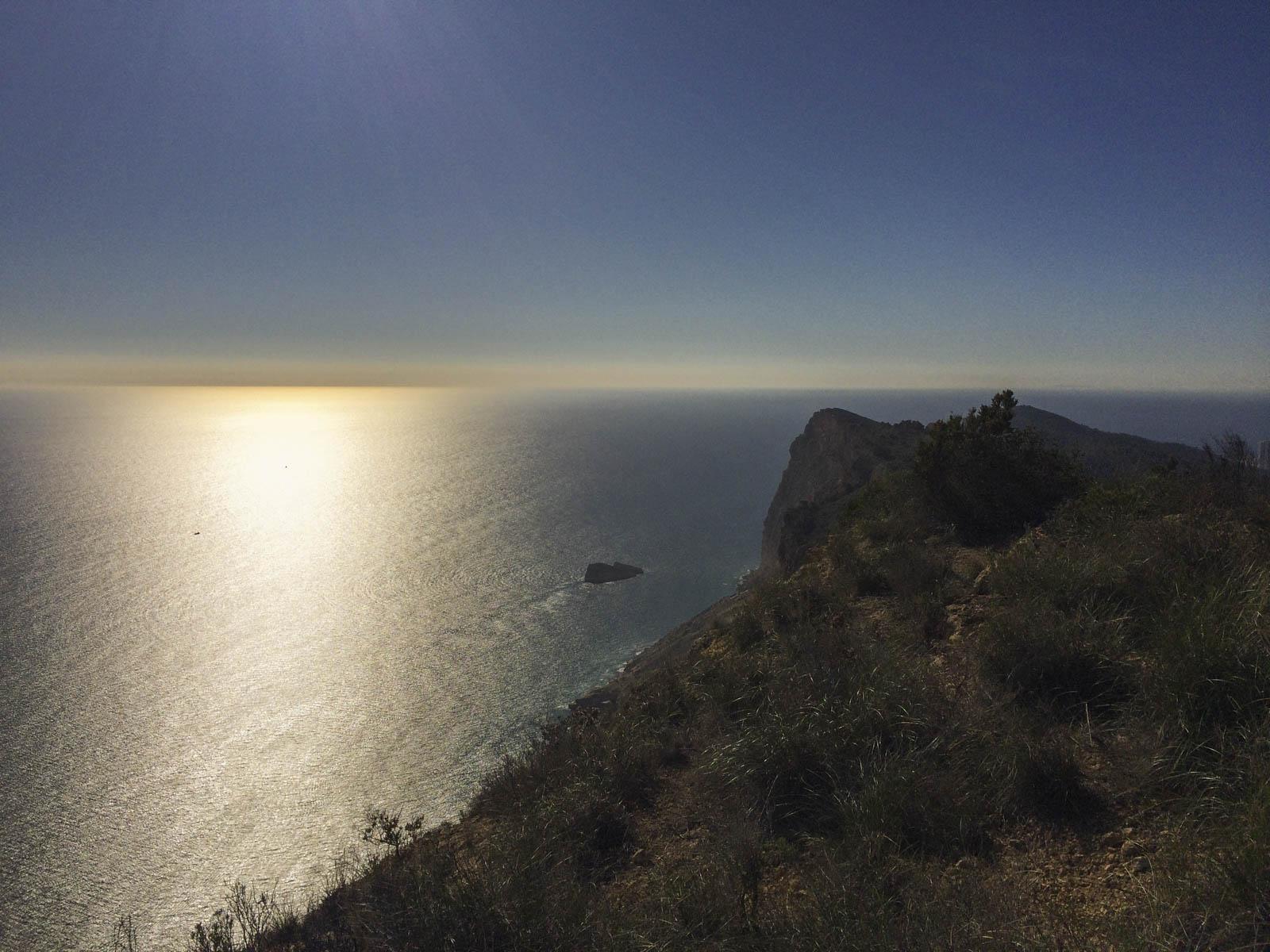 Flott utsikt sørover fjellkanten.