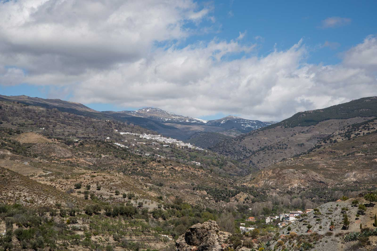 Små landsbyer klorer seg fast i skråningene