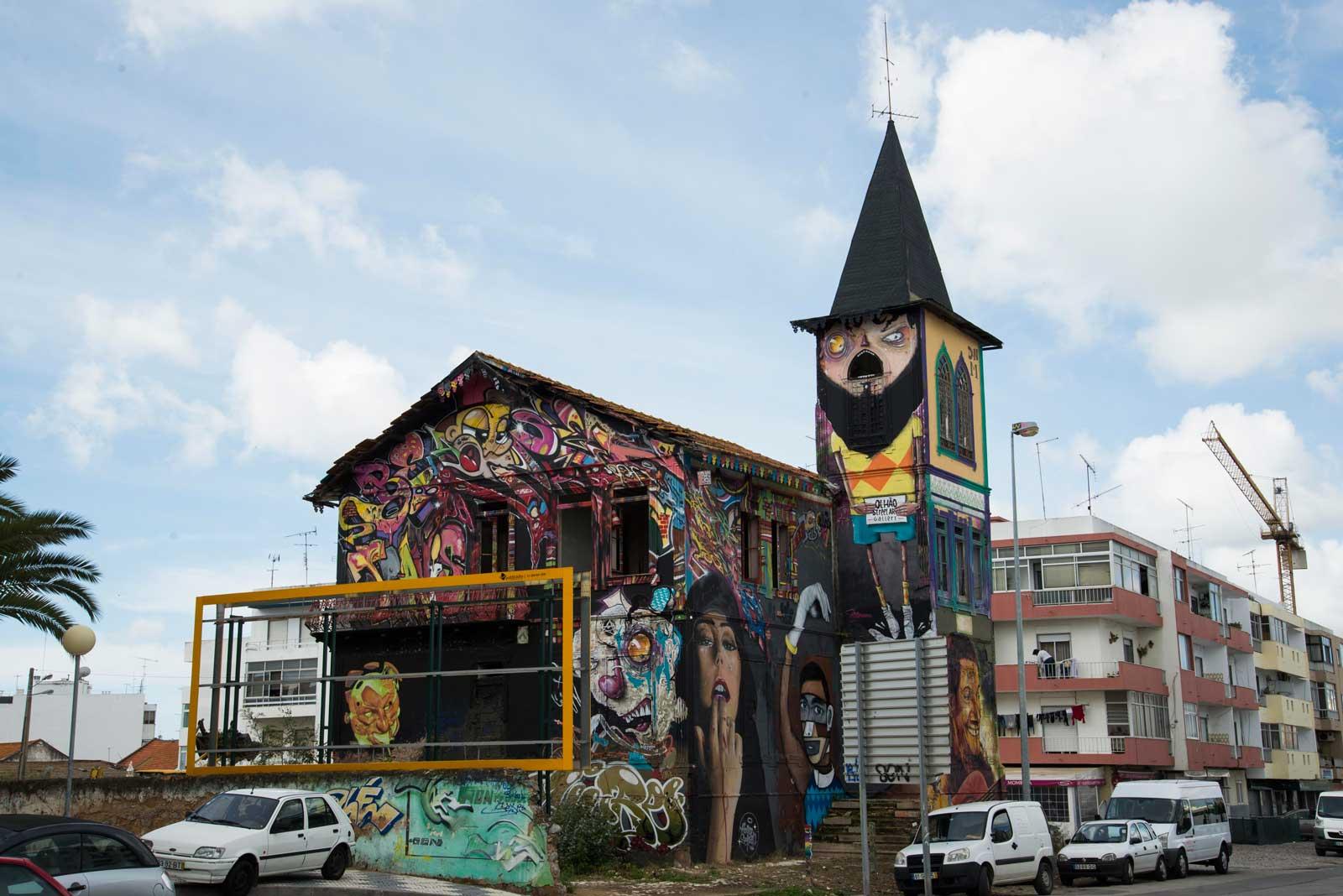 En fargerik kirke i Olhao sentrum