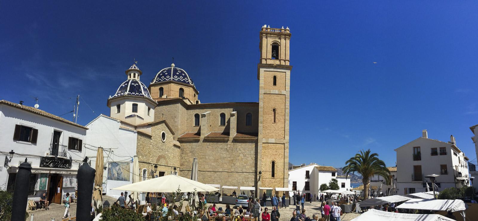 Kirken med sine blå kupler er et lett synlig landemerke i Altea