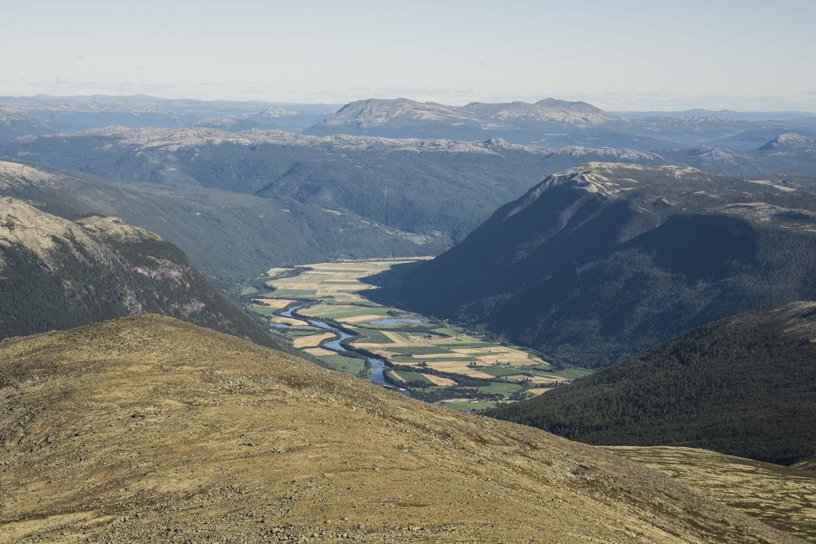 Utsikt sørover fra Blåhø. Selsvollene i forgrunnen og bakerste fjellene i Ringebu og Øyer.