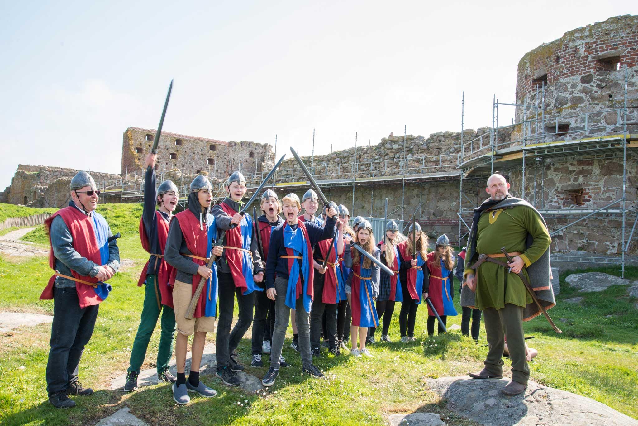 Mange skoleklasser besøker Hammersholm og lærer historie med blant annet rollespill.