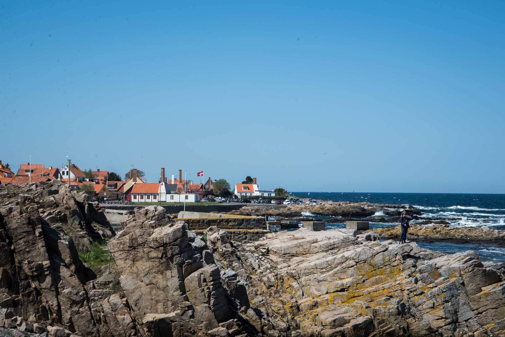 Det er mange klipper og svaberg langs kysten, men lett å gå på merkede stier.