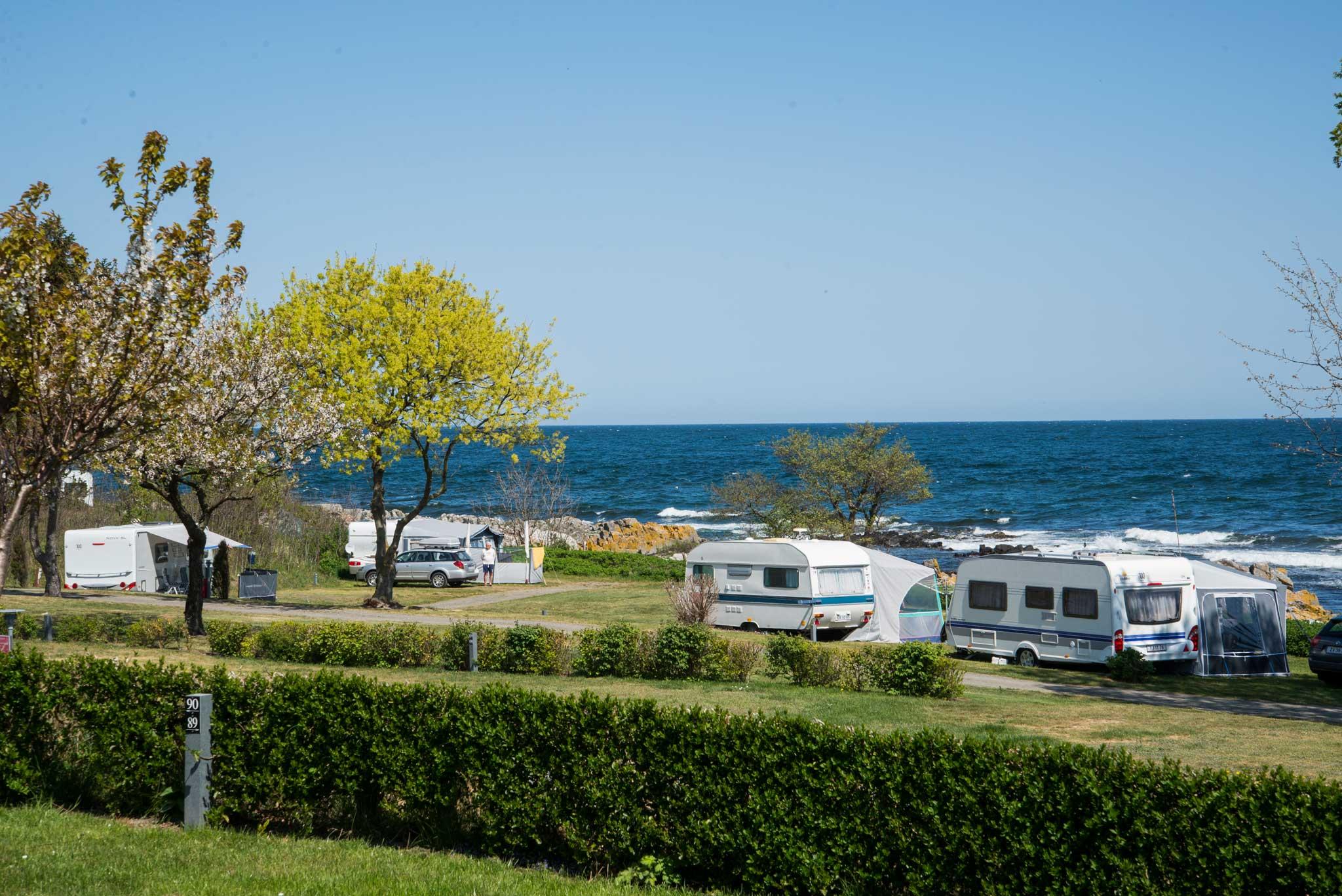 Det er mange campingplasser på Bornholm. De fleste ligger idyllisk til ned mot vannet.